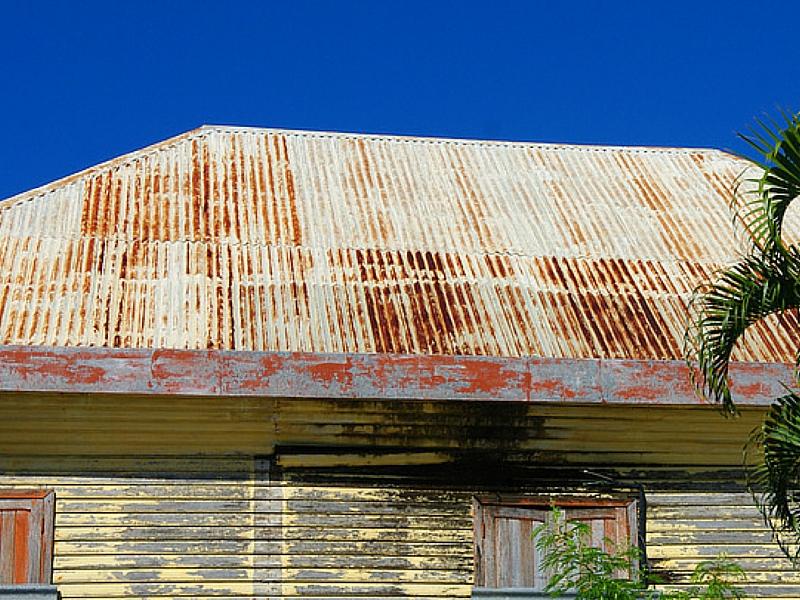 Toiture en tôles abîmée-entretien toiture avec radical traitement en Martinique