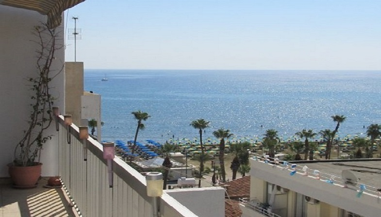 2 bedroom flat with wifi very close to Larnaca seafront